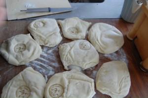 Der Brotstempel wird ausprobiert