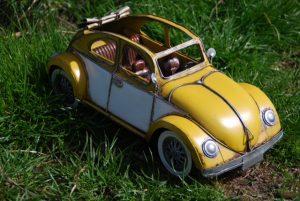 Fahr mit im knallgelben Cabrio
